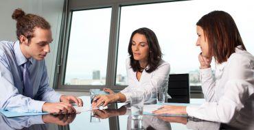 Erfahrene Mitarbeiter fungieren als betriebliche Mentoren – und unterstützen so Arbeitskolleginnen und -kollegen in verschiedenen Situationen des beruflichen Alltags.